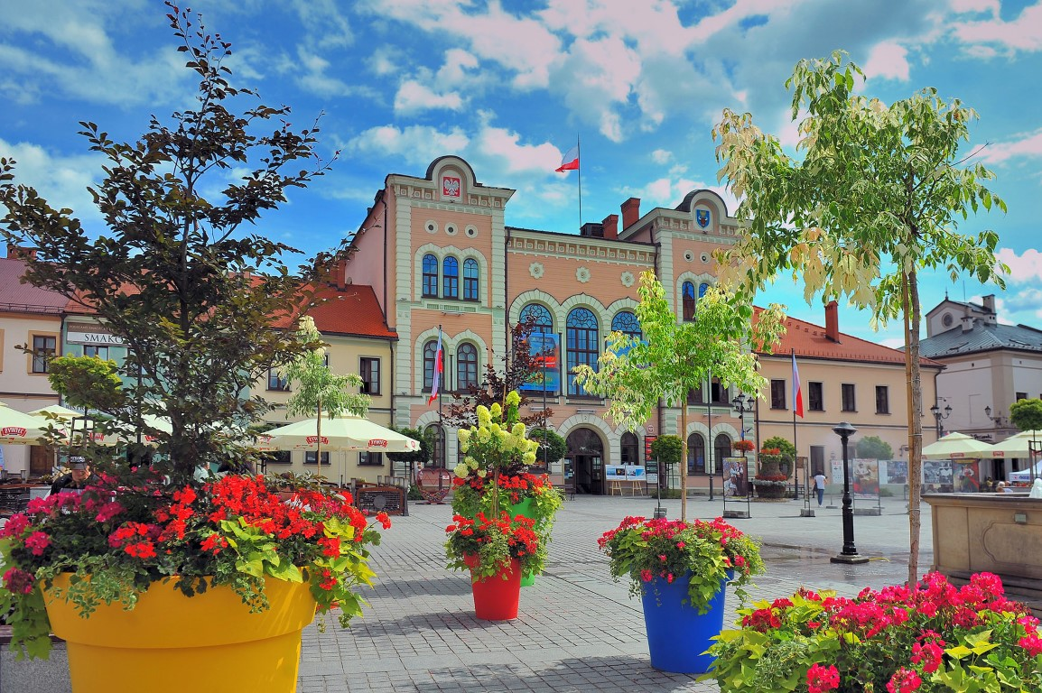 colourful-flowerpots-on the square